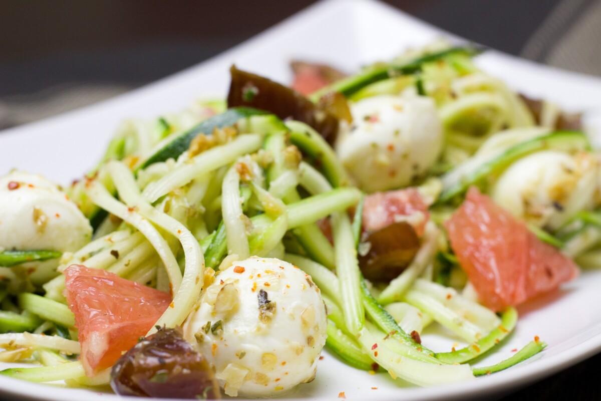 Ensalada con falsos espaguetis de calabacín y aguacate